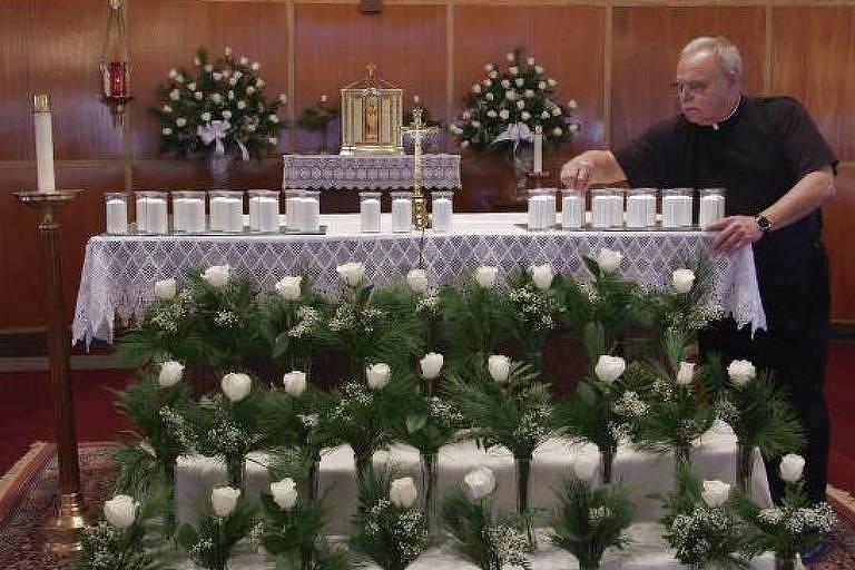 O padre Bob Weiss em cena do documentário 'Cartas de Dunblane' (Reprodução)