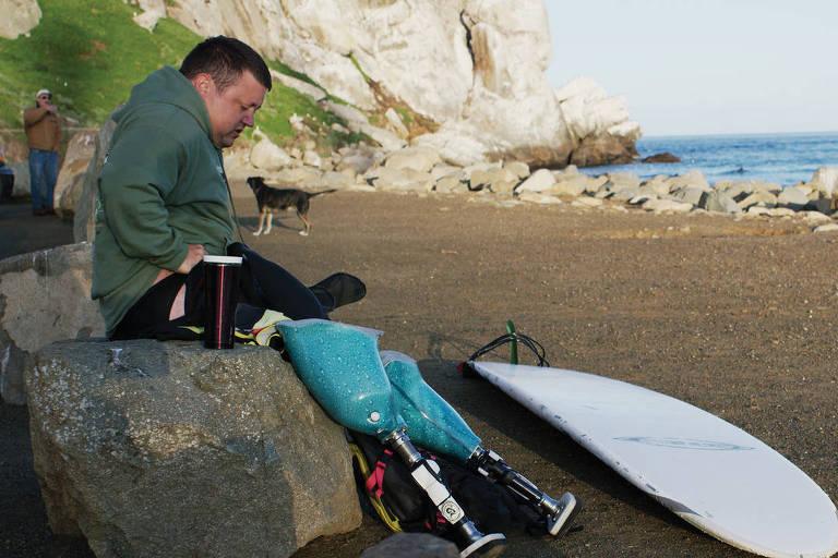 Veterano de guerra, que usa prótese nas pernas, se prepara para surfar